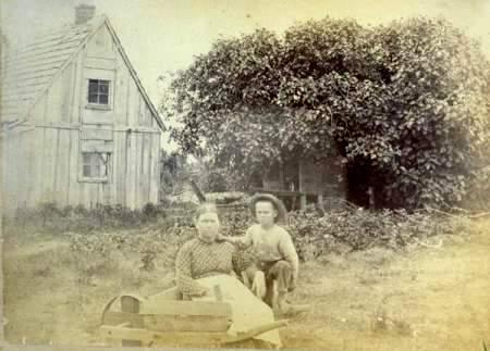 Higuera con mujer y niño. Imagen tomada en Hog Island alrededor de 1890. Image courtesy of Albert 'Buck' Doughty